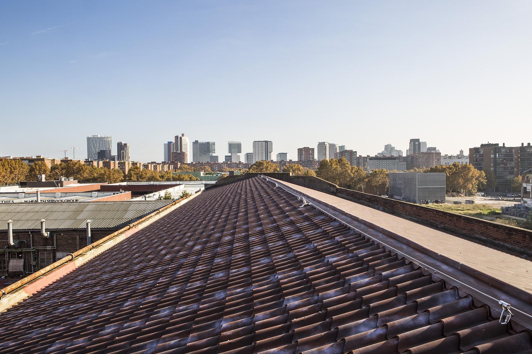 Rehabilitar una cubierta industrial en Barcelona con Isodomus